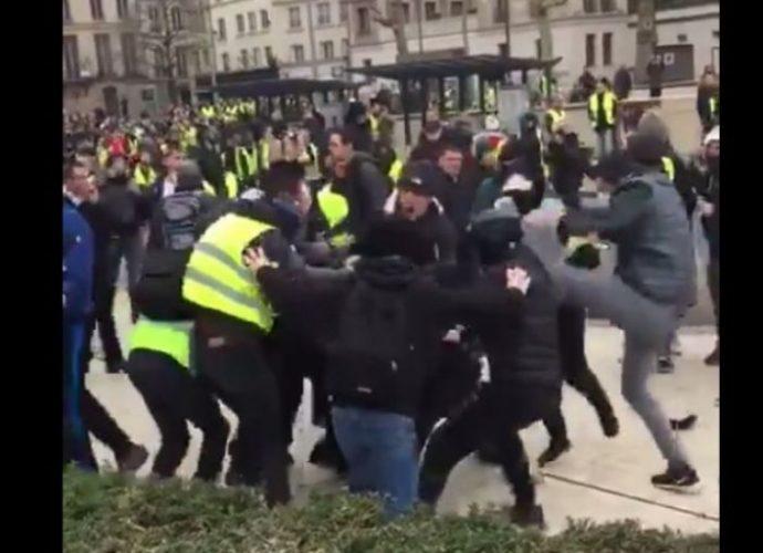 """""""Gilets jaunes"""" : les journalistes sont-ils """"responsables"""" des violences qu'ils subissent ?"""