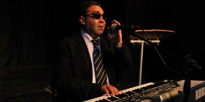 """Le musicien Ngadi proteste contre """"l'empêcher"""" l'accès à un restaurant, affirmant qu'il est """"aveugle"""" et le gérant répond"""