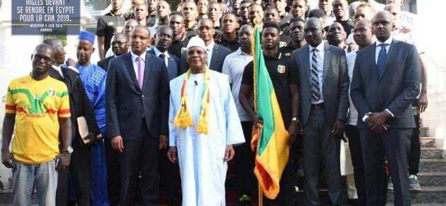 IBK a remis le drapeau national aux « Aigles du Mali » pour la CAN 2019
