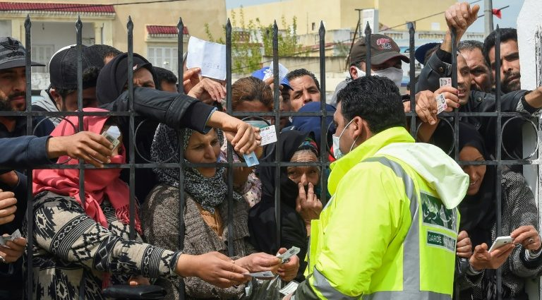 Tunisie: confinement prolongé en dépit des manifestations