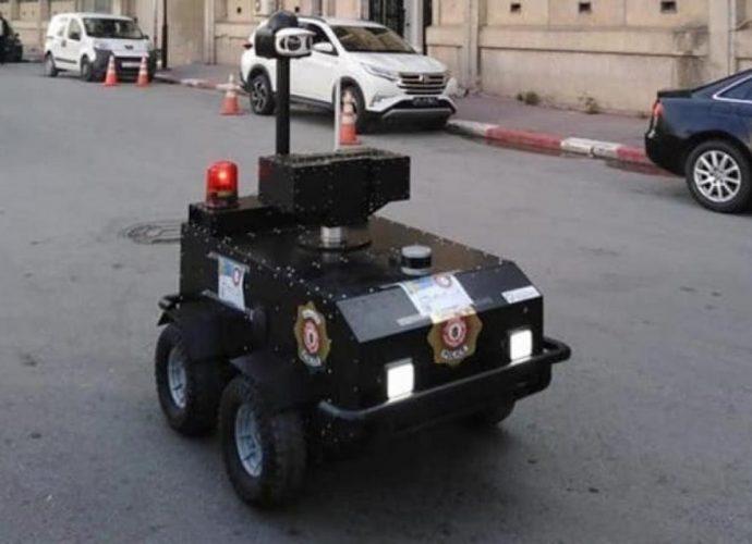 À Tunis, un robot patrouille dans les rues pour assurer le respect du confinement