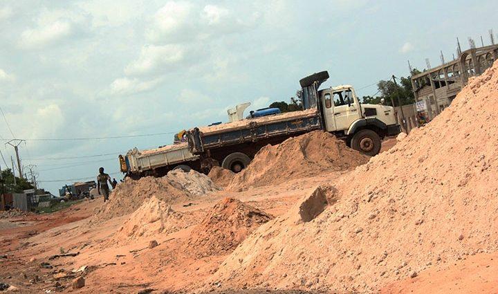 La très controversée extraction du sable marin par EBOMAF